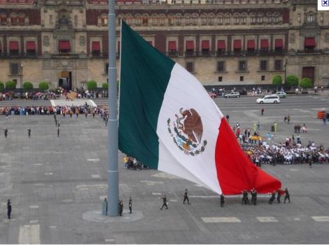 Bandera a media asta en el Zócalo